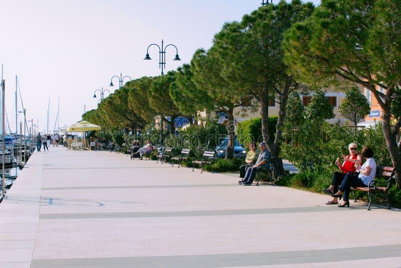 Folk på invallning på marina i det Izola Adriatiskt havet Slovenien arkivbilder