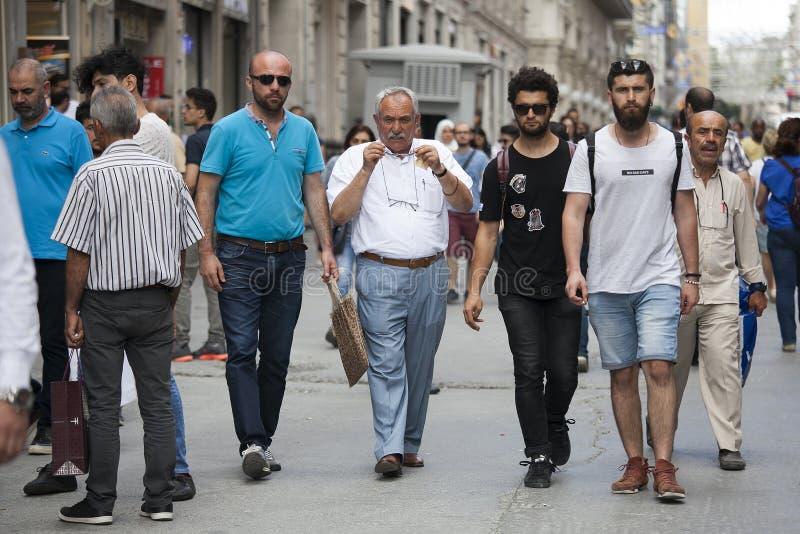 Folk på Istiklal Män av olika åldrar går ner gatan arkivfoton