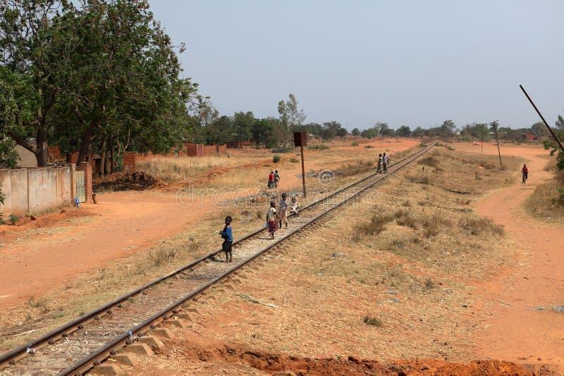 Folk på järnväg linje i Malawi royaltyfri foto