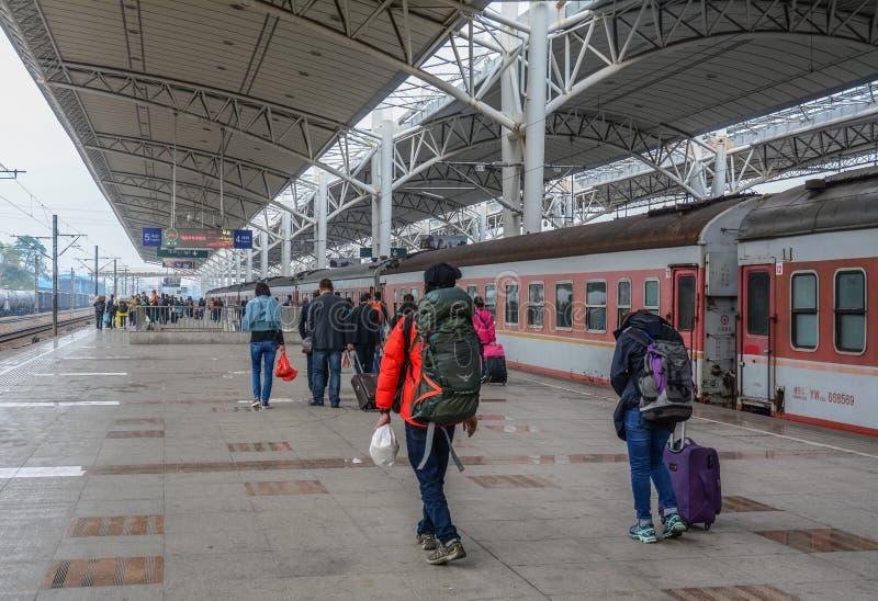 Folk på järnvägsstationen i Nanning, Kina royaltyfri foto