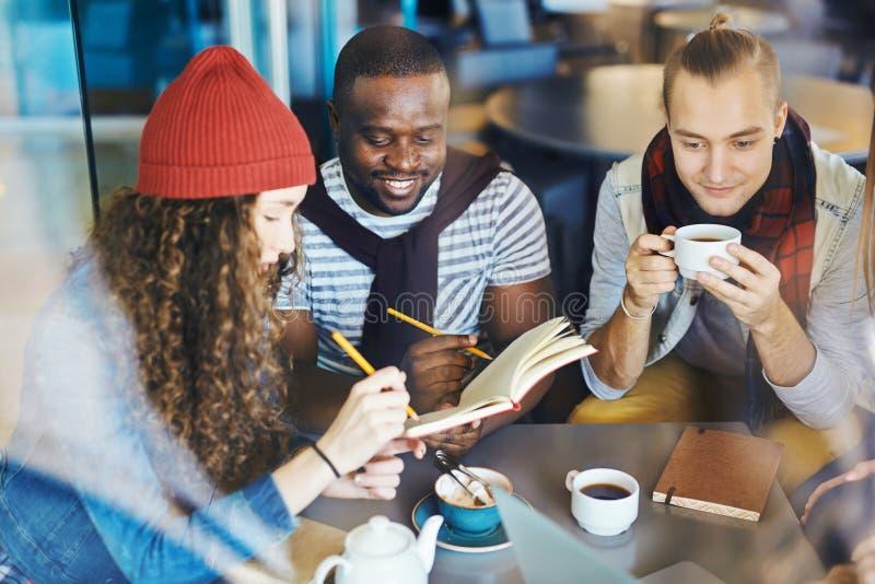 Folk på kafét arkivfoto