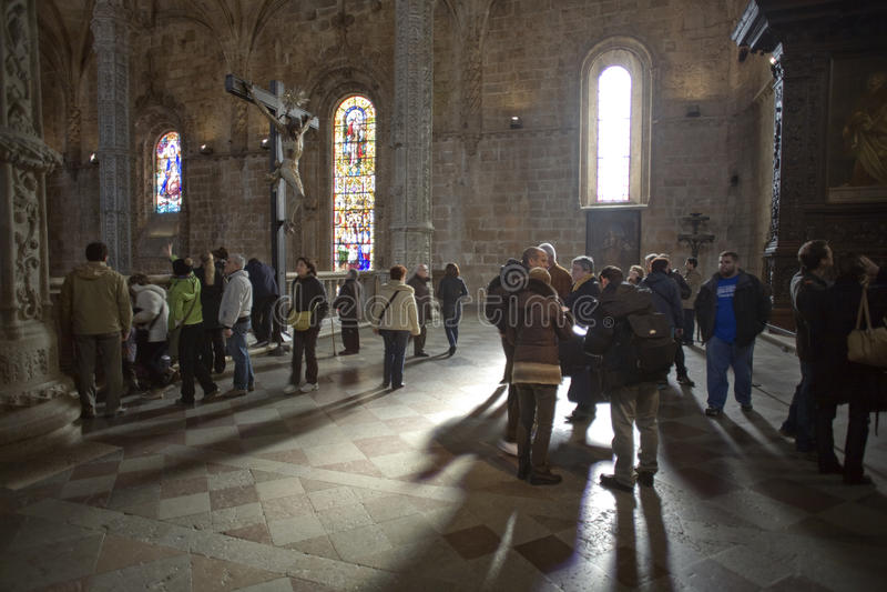 Folk på kloster av Jeronimos royaltyfri bild