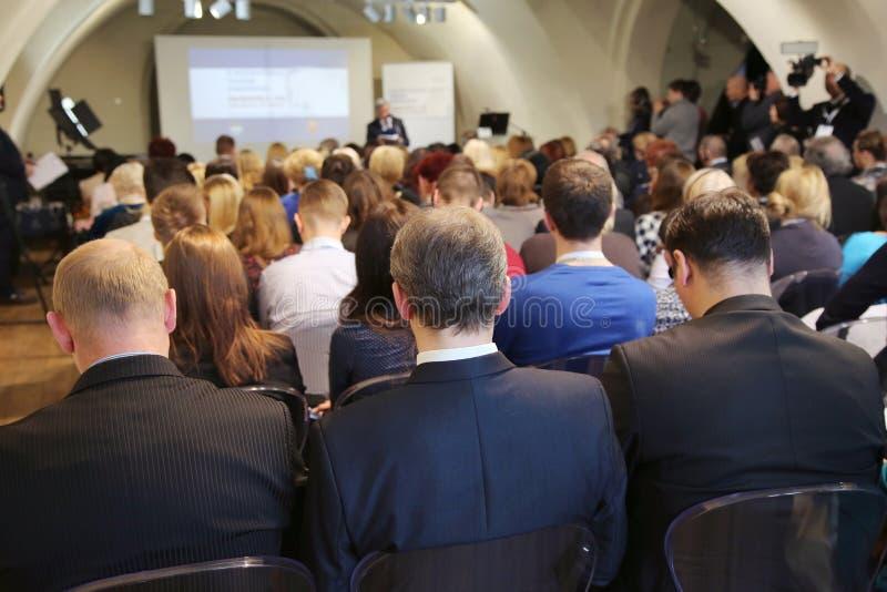 Folk på konferenskorridoren royaltyfri bild