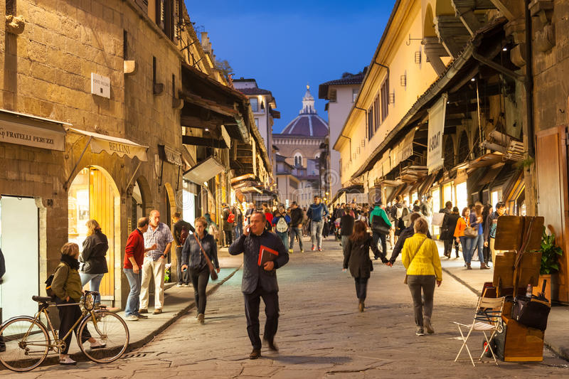 Folk på Ponte Vecchio i Florence i afton arkivbilder
