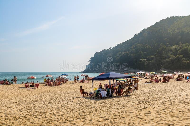 Folk på Praia de Santiago Beach - Sao Sebastiao, Sao Paulo, Brasilien royaltyfri fotografi