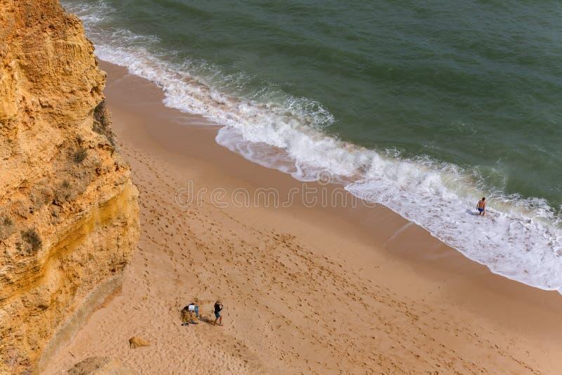 Folk på praiaen da Marinha, Armacao de Pera arkivfoto