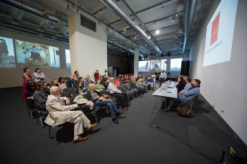 Folk på presskonferensen som öppnar Art Moscow arkivbild