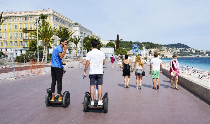 Folk på Promenade des Anglais i Nice, Frankrike royaltyfri fotografi