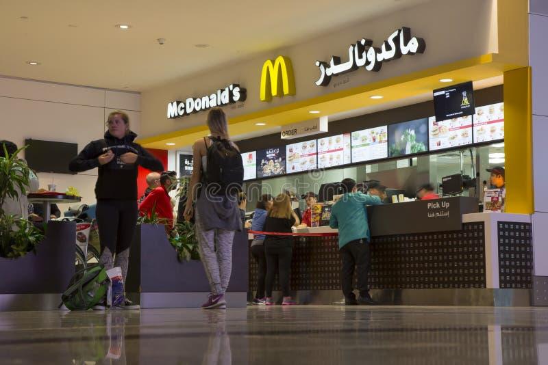 Folk på restaurangen för McDonald ` s i flygplatsen royaltyfria bilder