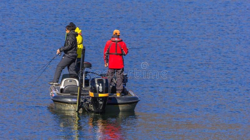 Folk på sjön Kawaguchiko royaltyfri bild