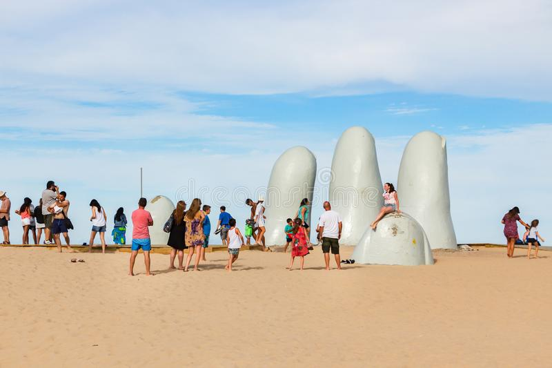 Folk på skulpturlaen Mano i Punta Del Este, Uruguay royaltyfria bilder