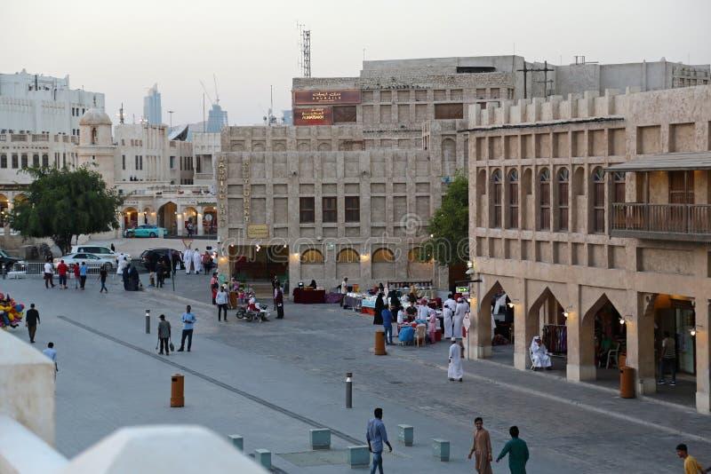 Folk på Souq Waqif, östlig basar i Doha, Qatar arkivfoton