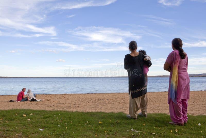 Folk på stranden, Alberta, Kanada royaltyfria bilder
