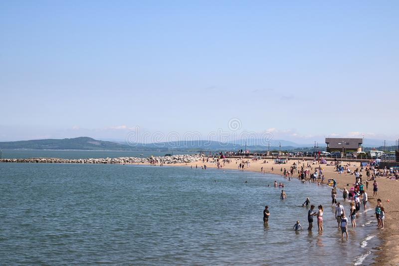 Folk på stranden, solig dag, Morecambe, Lancashire royaltyfria foton