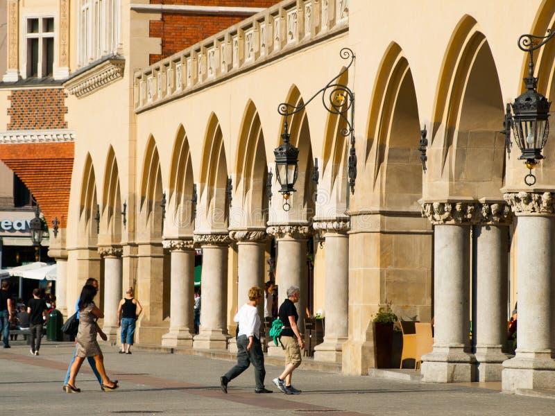 Folk på Sukiennice i Krakow royaltyfri bild