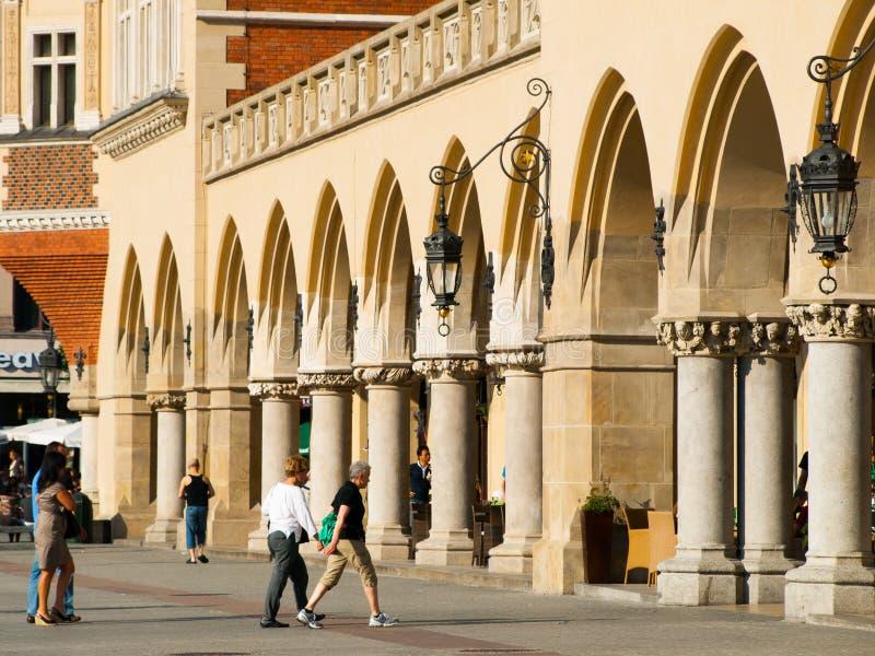 Folk på Sukiennice i Krakow royaltyfri fotografi