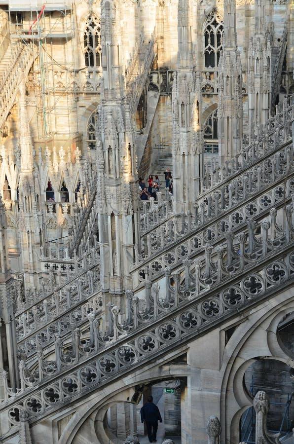 Folk på tak av Duomodomkyrkan Milano Italien royaltyfria bilder