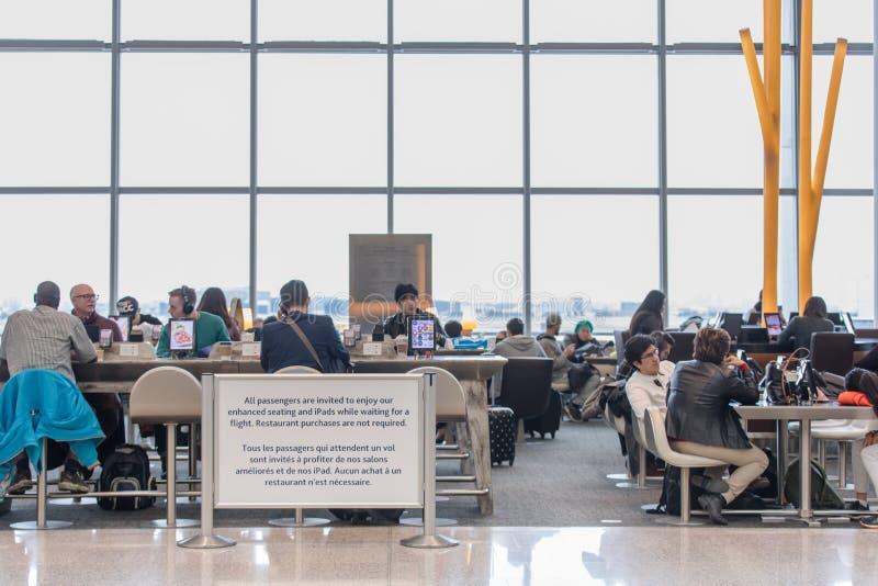 FOLK PÅ TORONTO PEARSON INTERNATIONELL AIRPOT, TERMINAL 1 fotografering för bildbyråer