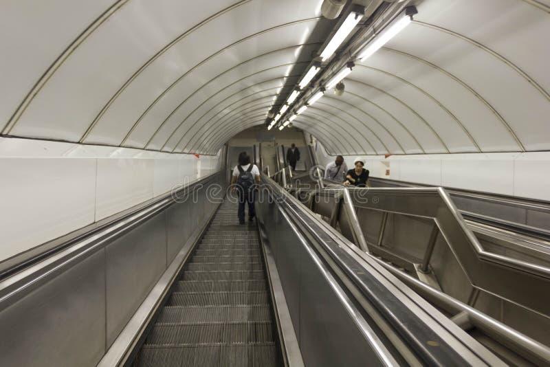 Folk på underjordisk tunneltrappuppgång royaltyfri fotografi