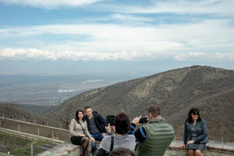 Folk på utfärder på bakgrunden av bergen i Georgia royaltyfri fotografi