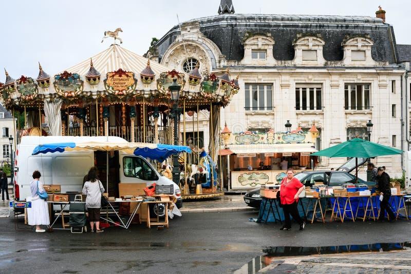 Folk på utomhus- loppmarknad i den Orleans staden arkivbilder