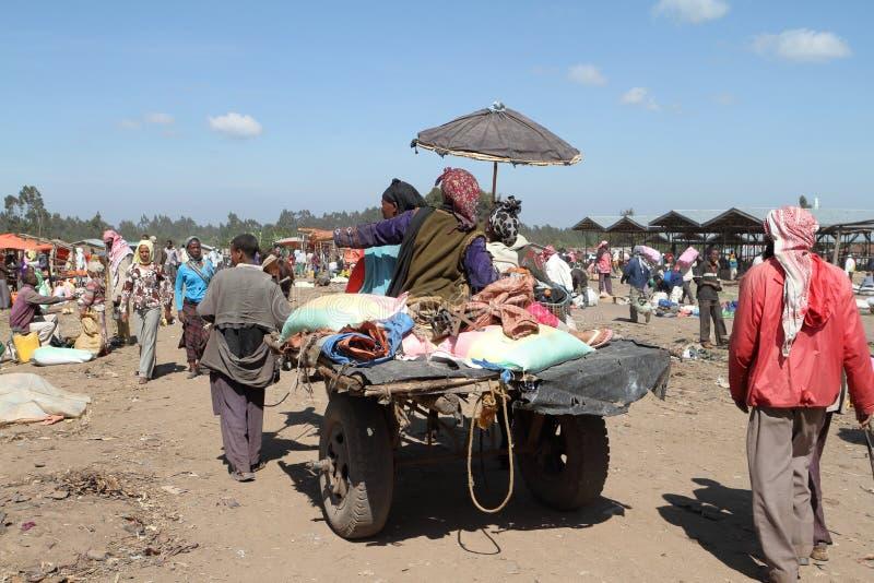 Folk på vägen och trafik i Etiopien royaltyfri fotografi