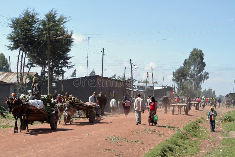 Folk på vägen och trafik i Etiopien arkivbild