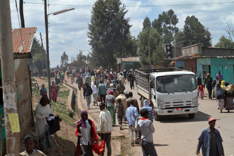 Folk på vägen och trafik i Etiopien royaltyfria foton