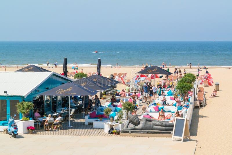 Folk på vardagsrumterrass av strandstrandklubban i Scheveninge royaltyfri fotografi