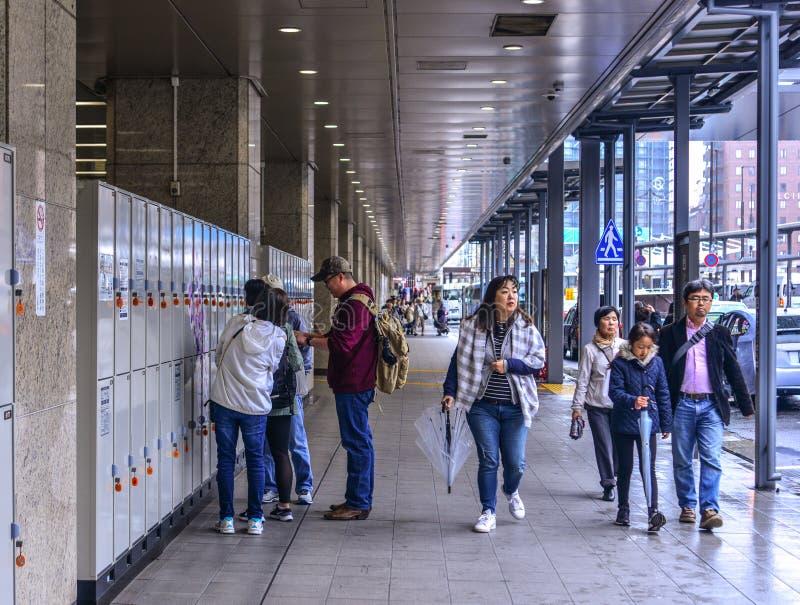 Folk p? j?rnv?gsstationen i Osaka, Japan arkivfoton