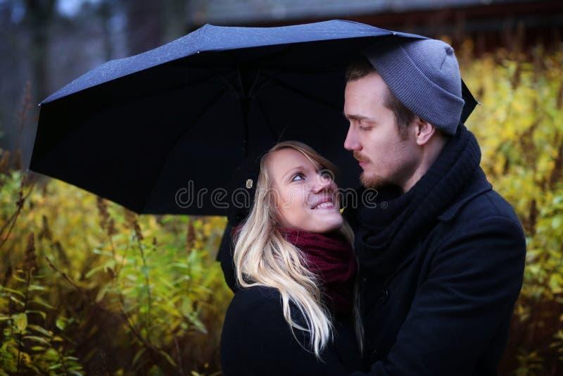 Folk: Par i höst arkivfoto