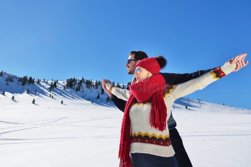 Folk-, säsong-, förälskelse- och fritidbegrepp - lyckligt par som utomhus kramar och skrattar i vinter arkivbild