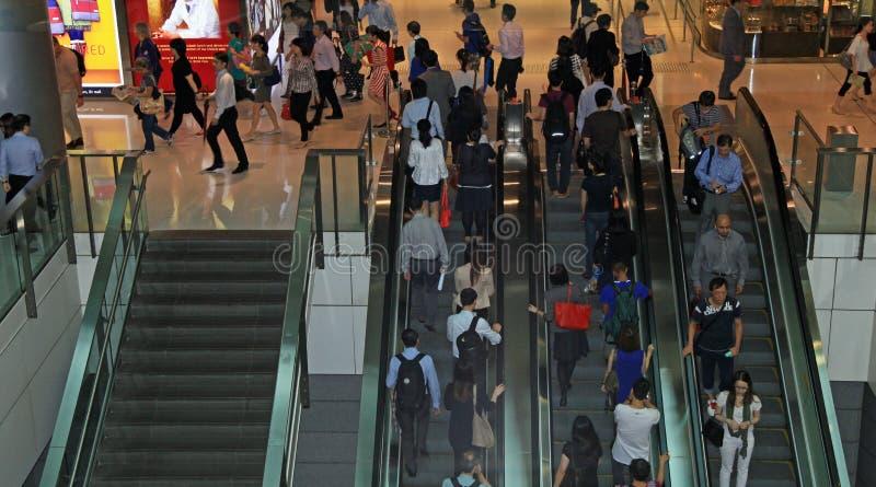 Folk som är rörande på rulltrappan royaltyfri fotografi