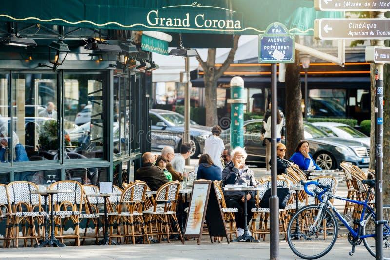 Folk som äter i storslagna Corona Restaurant Paris royaltyfria foton