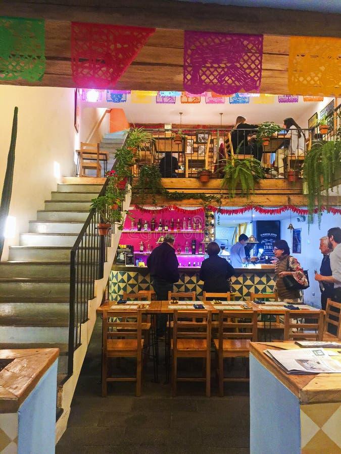 Folk som äter middag på en festlig mexicansk restaurang royaltyfri bild