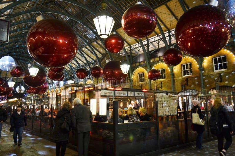 Folk som äter på det Covent Garden restaurangutrymmet under jul royaltyfri fotografi