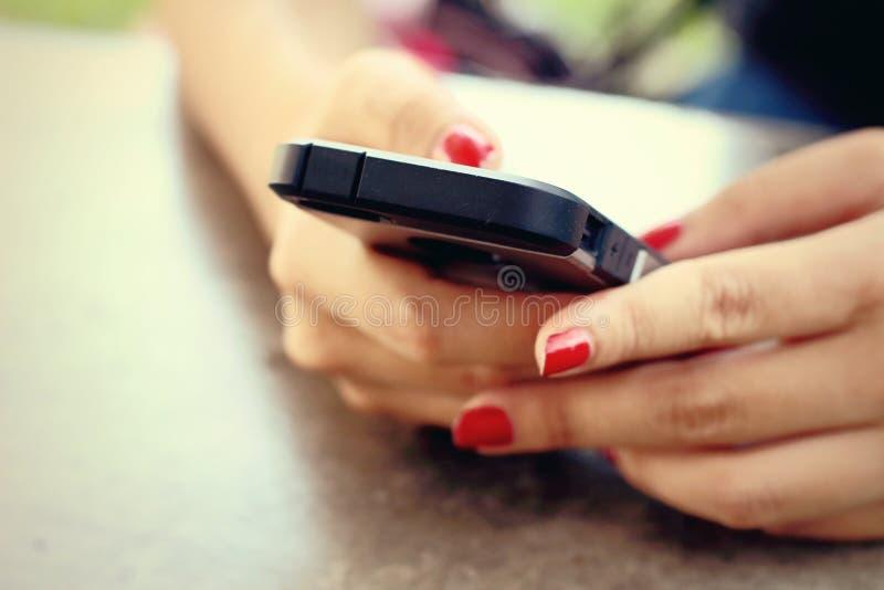 Folk som använder den smarta telefonen - teknologiutrustning royaltyfri foto