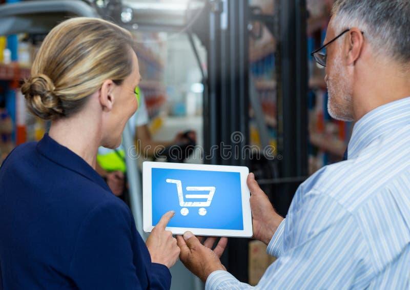 Folk som använder minnestavlan med shoppingspårvagnsymbolen royaltyfri illustrationer