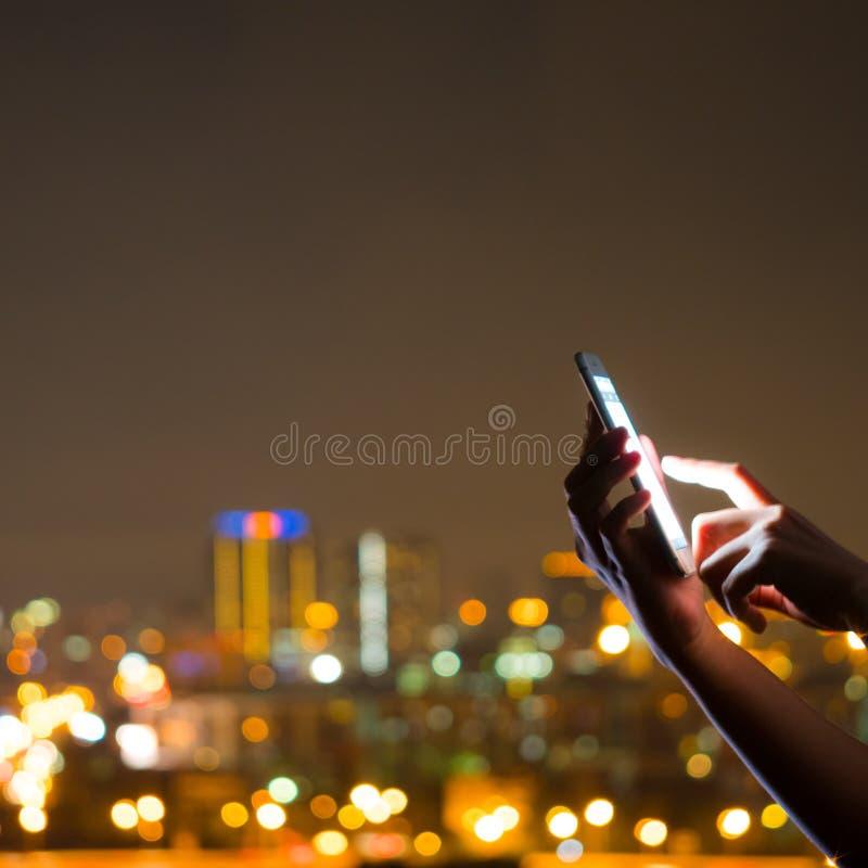 Folk som använder smart teknologi för telefoncellapp royaltyfri bild