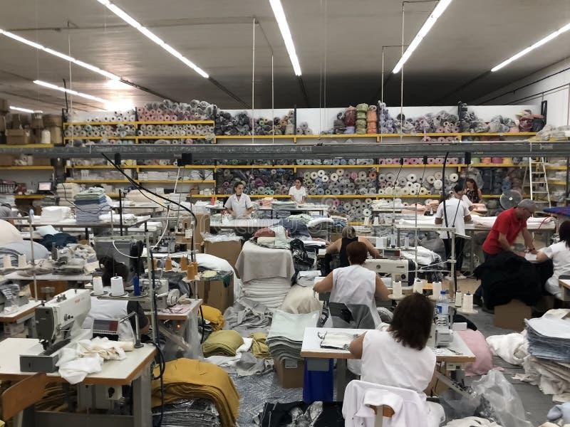 Folk som arbetar i en sy avdelning av textilfabriken arkivfoton