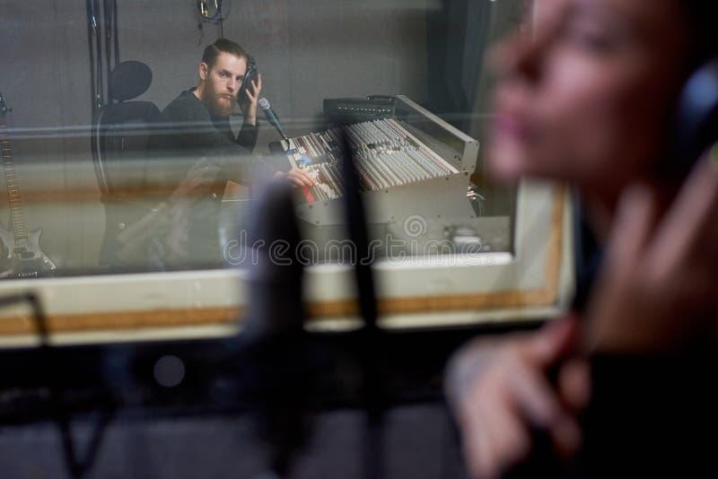 Folk som arbetar i inspelningstudio royaltyfri bild