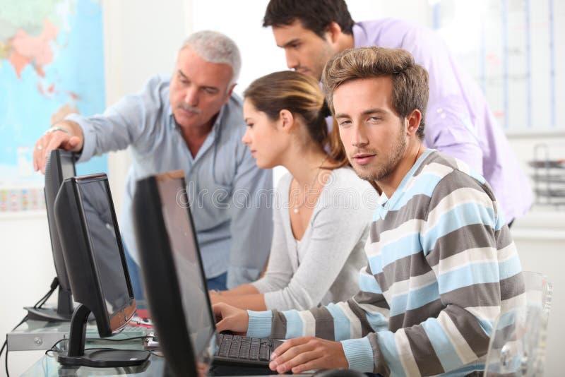 Folk som arbetar på datorer royaltyfri foto