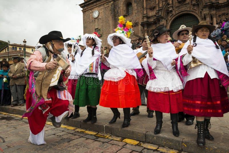 Folk som bär traditionell kläder, och maskeringar som framme dansar Huayliaen i juldagen av den Cuzco domkyrkan i Cuzco, Pe arkivfoton