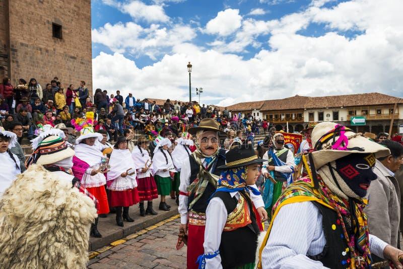 Folk som bär traditionell kläder, och maskeringar som framme dansar Huayliaen i juldagen av den Cuzco domkyrkan i Cuzco, Pe royaltyfri foto