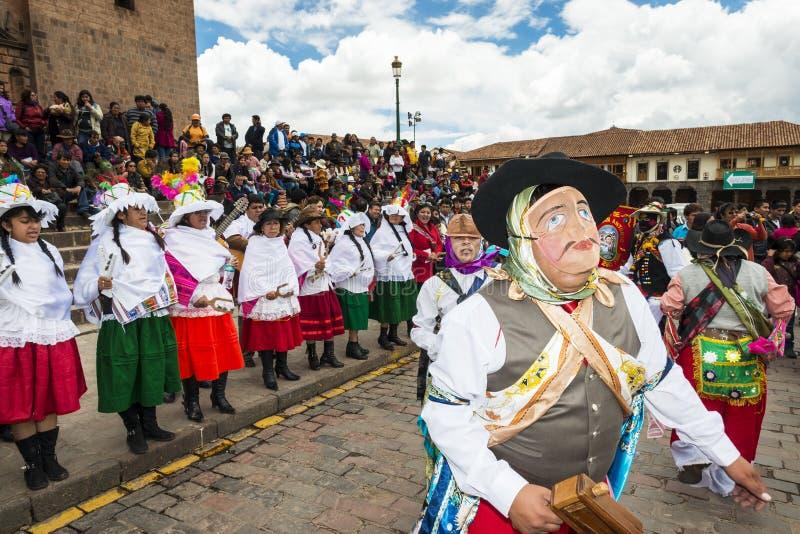 Folk som bär traditionell kläder, och maskeringar som framme dansar Huayliaen i juldagen av den Cuzco domkyrkan i Cuzco, Pe royaltyfria foton