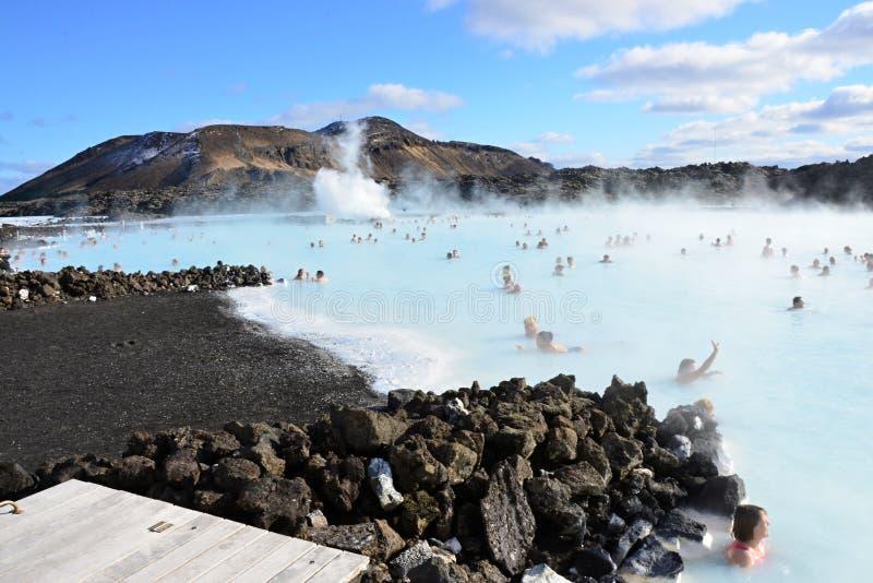 Folk som badar i den blåa lagun Island royaltyfria bilder