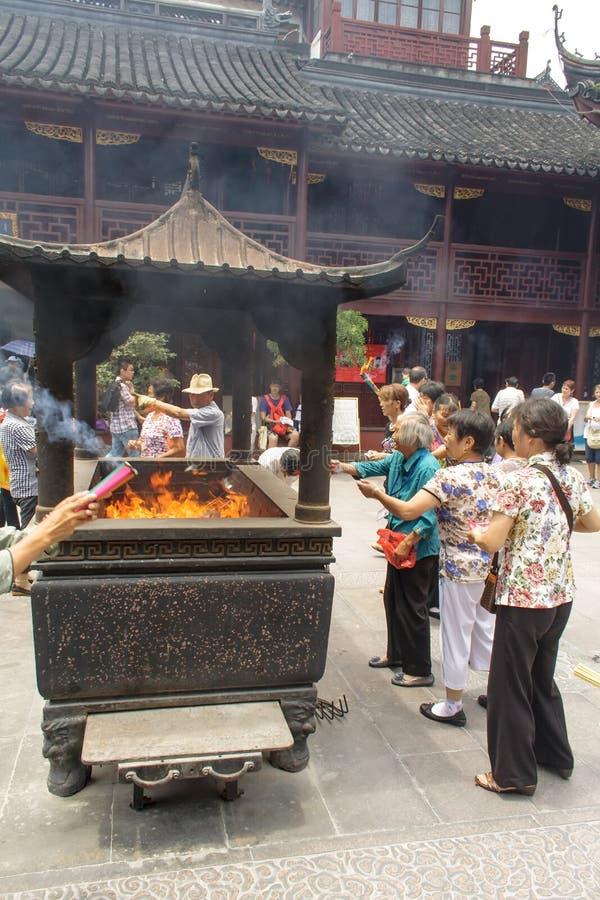 Folk som ber i stadsgudtemplet Chenghuang Miao på staden av Shanghai i Kina royaltyfria foton