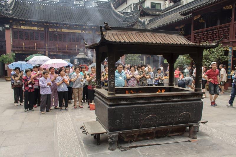 Folk som ber i stadsgudtemplet Chenghuang Miao på staden av Shanghai i Kina royaltyfri fotografi