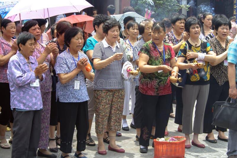 Folk som ber i stadsgudtemplet Chenghuang Miao på staden av Shanghai i Kina fotografering för bildbyråer