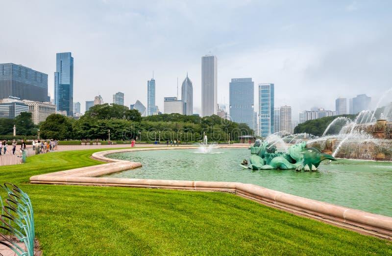 Folk som besöker Buckingham den minnes- springbrunnen i Chicago Grant Park royaltyfri foto
